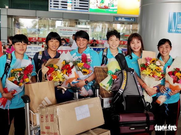 Sân bay Tân Sơn Nhất đìu hiu đón các nữ tuyển thủ tân vô địch Đông Nam Á - Ảnh 1.