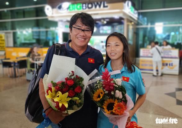 Sân bay Tân Sơn Nhất đìu hiu đón các nữ tuyển thủ tân vô địch Đông Nam Á - Ảnh 5.
