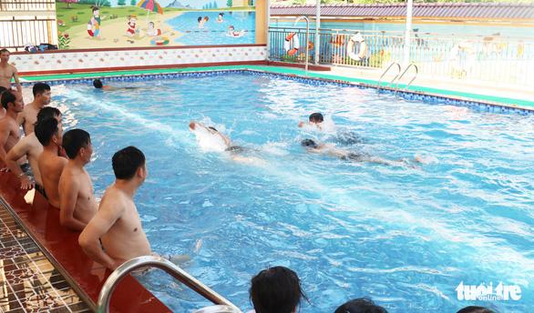 Hàng trăm giáo viên đi học bơi, kỹ năng chống đuối nước trước năm học mới - Ảnh 1.