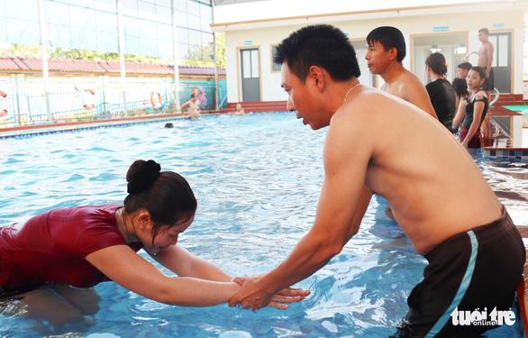 Hàng trăm giáo viên đi học bơi, kỹ năng chống đuối nước trước năm học mới - Ảnh 3.