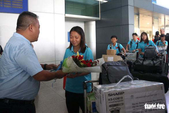 Sân bay Tân Sơn Nhất đìu hiu đón các nữ tuyển thủ tân vô địch Đông Nam Á - Ảnh 2.