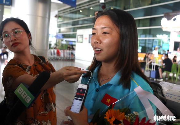 Sân bay Tân Sơn Nhất đìu hiu đón các nữ tuyển thủ tân vô địch Đông Nam Á - Ảnh 6.