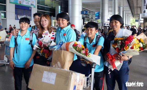 Sân bay Tân Sơn Nhất đìu hiu đón các nữ tuyển thủ tân vô địch Đông Nam Á - Ảnh 7.