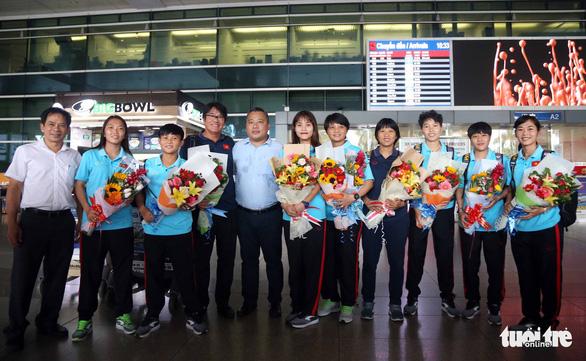 Sân bay Tân Sơn Nhất đìu hiu đón các nữ tuyển thủ tân vô địch Đông Nam Á - Ảnh 8.