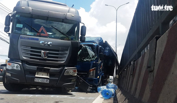 Cứu tài xế và phụ xe mắc kẹt trong cabin xe tải  - Ảnh 1.