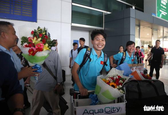 Sân bay Tân Sơn Nhất đìu hiu đón các nữ tuyển thủ tân vô địch Đông Nam Á - Ảnh 3.