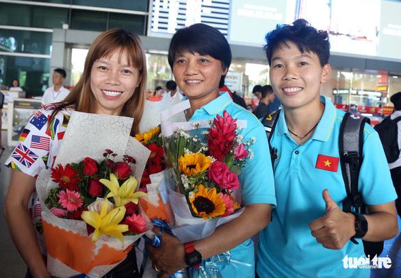 Sân bay Tân Sơn Nhất đìu hiu đón các nữ tuyển thủ tân vô địch Đông Nam Á - Ảnh 10.