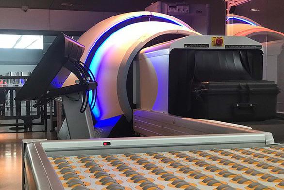 Các sân bay chính tại Anh sẽ lắp máy quét 3D soi hành lý - Ảnh 1.
