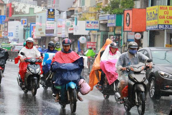 TP.HCM và nhiều tỉnh Nam bộ bắt đầu mưa to, sóng lớn do bão số 4 - Ảnh 1.