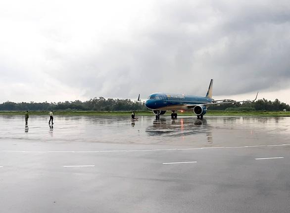 Nhiều chuyến bay đi miền Trung bị hủy do ảnh hưởng bão số 4 - Ảnh 1.