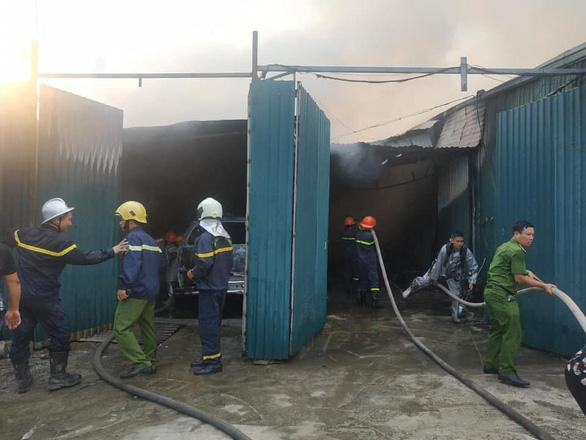 Nhà xưởng chứa linh kiện điện tử bốc cháy ở Hà Nội - Ảnh 1.