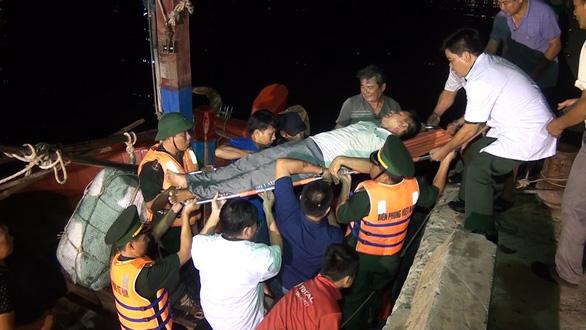 Cứu ngư dân bị co giật trên đường vào bờ tránh bão số 4 - Ảnh 1.