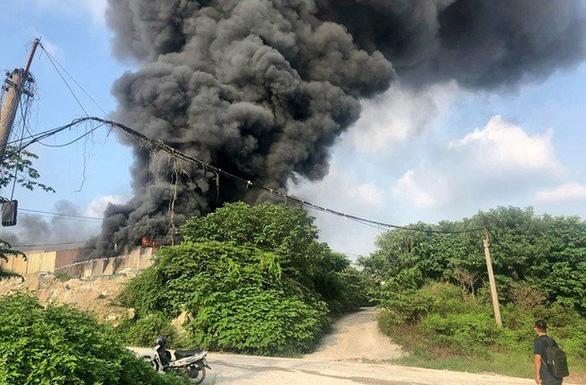 Nhà xưởng chứa linh kiện điện tử bốc cháy ở Hà Nội - Ảnh 3.