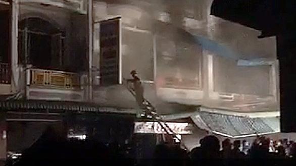 Cháy tiệm vải cạnh chợ đêm Cà Mau - Ảnh 2.