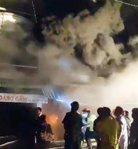 Cháy tiệm vải cạnh chợ đêm Cà Mau - Ảnh 1.