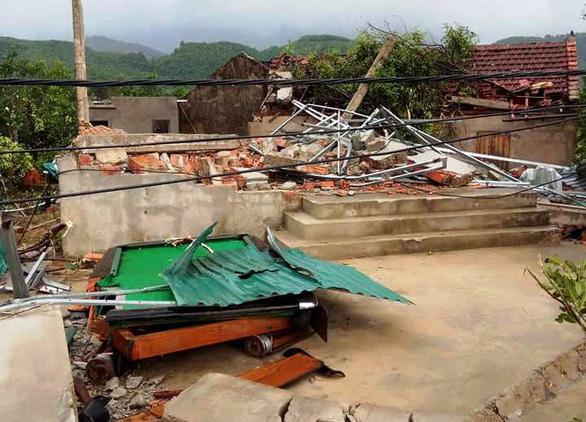 Lốc xoáy làm 2 nhà dân bị sập, hơn 40 nhà tốc mái - Ảnh 1.