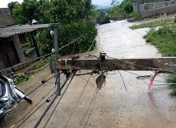 Lốc xoáy làm 2 nhà dân bị sập, hơn 40 nhà tốc mái - Ảnh 2.
