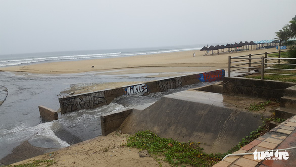 Mưa lớn do bão số 4, nước thải đen ngòm lại tràn ra biển Đà Nẵng - Ảnh 2.