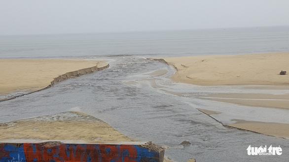 Mưa lớn do bão số 4, nước thải đen ngòm lại tràn ra biển Đà Nẵng - Ảnh 3.