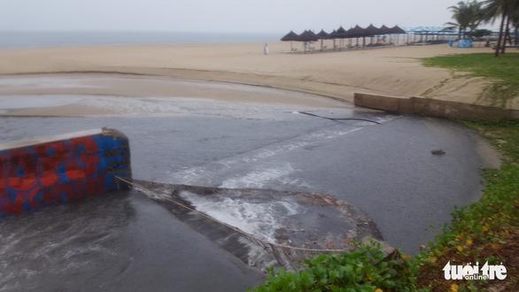 Mưa lớn do bão số 4, nước thải đen ngòm lại tràn ra biển Đà Nẵng - Ảnh 4.