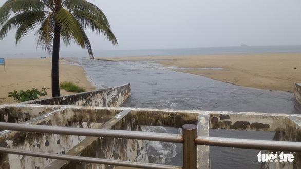 Mưa lớn do bão số 4, nước thải đen ngòm lại tràn ra biển Đà Nẵng - Ảnh 5.