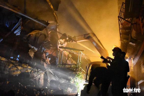 Hỏa hoạn ở công ty Rạng Đông được khống chế sau gần 6 tiếng nỗ lực - Ảnh 22.