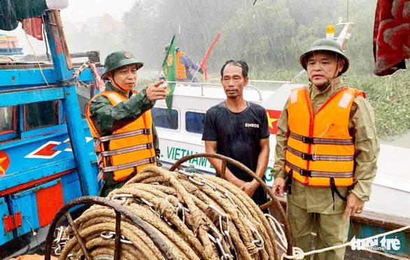 Cứu nạn 16 ngư dân trên tàu cá chết máy khi trú bão số 4 - Ảnh 1.