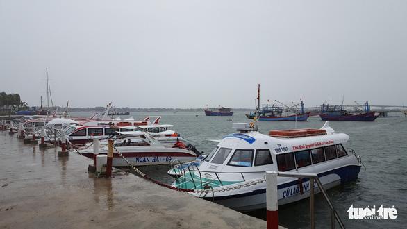 Dừng hoạt động tàu ra vào Cù Lao Chàm, đưa 125 người vào bờ - Ảnh 2.
