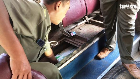 Bắt quả tang xe buýt chở thuốc lá lậu từ Long An về TP.HCM - Ảnh 2.
