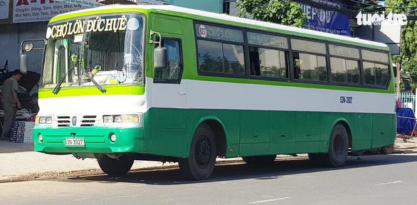 Bắt quả tang xe buýt chở thuốc lá lậu từ Long An về TP.HCM - Ảnh 1.