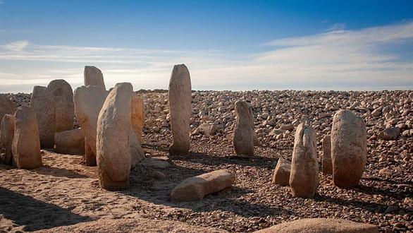 60 năm chìm sâu, mộ đá cổ 6.000 năm tuổi bỗng trồi lên do hạn hán - Ảnh 1.