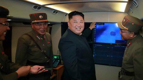 Triều Tiên xác nhận vừa thử hệ thống phóng tên lửa đa nòng cỡ lớn mới - Ảnh 1.