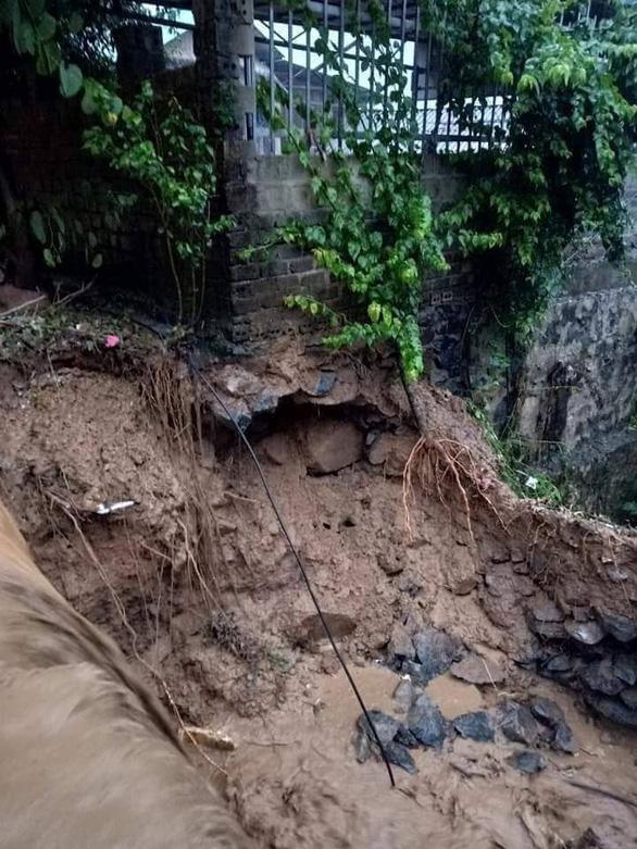 Sạt lở đất làm 1 người chết, nguy cơ sạt lở ở nhiều nơi - Ảnh 3.