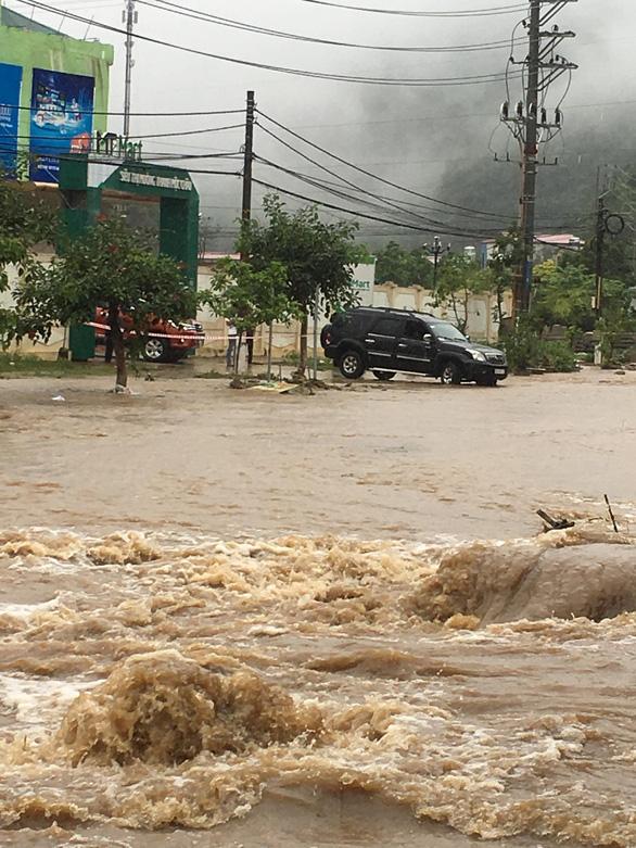 Video Mộc Châu ngập nặng, nước chảy như lũ trên đường - Ảnh 3.
