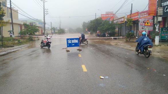Video Mộc Châu ngập nặng, nước chảy như lũ trên đường - Ảnh 2.