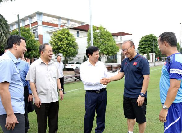 Bộ trưởng Nguyễn Ngọc Thiện thăm thầy trò HLV Park Hang Seo - Ảnh 2.