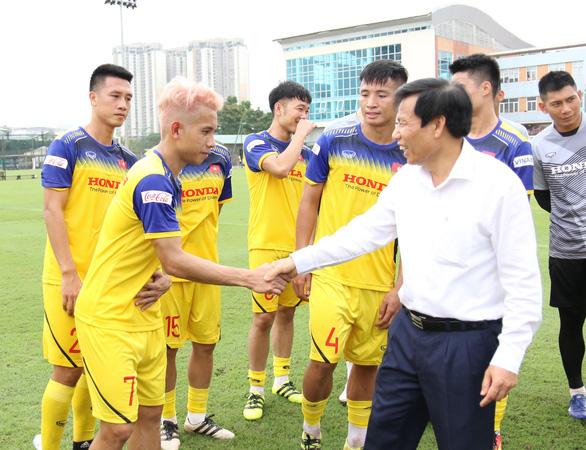 Bộ trưởng Nguyễn Ngọc Thiện thăm thầy trò HLV Park Hang Seo - Ảnh 1.