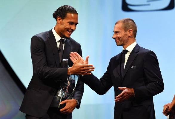 Vượt mặt Messi và Ronaldo, Van Dijk đoạt danh hiệu cầu thủ hay nhất mùa của UEFA - Ảnh 1.