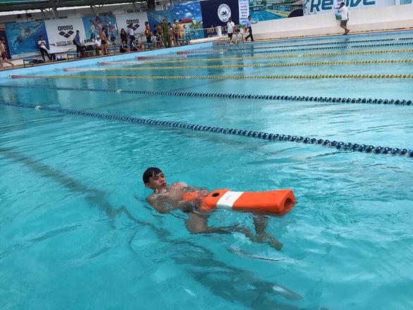 Học sinh TP.HCM hào hứng thi bơi, bơi cứu hộ - Ảnh 1.