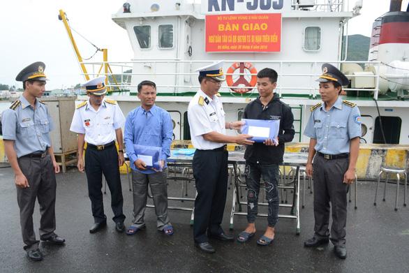 Hai tàu cá Quảng Bình được hải quân đưa vào bờ an toàn - Ảnh 4.
