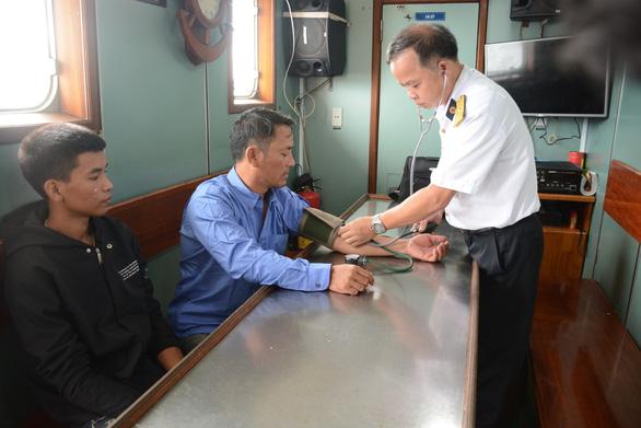Hai tàu cá Quảng Bình được hải quân đưa vào bờ an toàn - Ảnh 1.