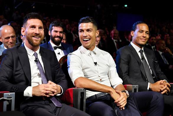 Vượt mặt Messi và Ronaldo, Van Dijk đoạt danh hiệu cầu thủ hay nhất mùa của UEFA - Ảnh 2.