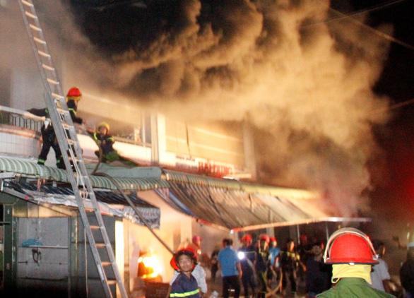 Cháy nhà, nhảy từ tầng 3 xuống, 4 người bị thương - Ảnh 1.