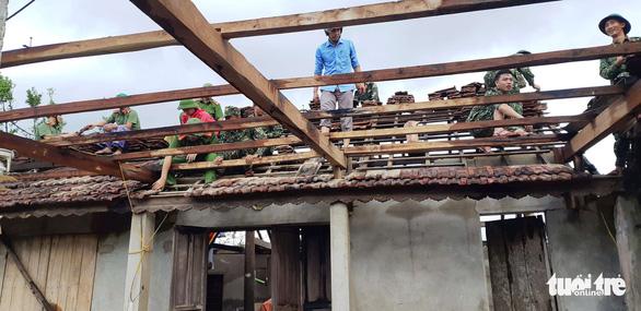Dân Hà Tĩnh lặng người nhìn nhà cửa tan hoang sau 10 phút lốc xoáy - Ảnh 6.