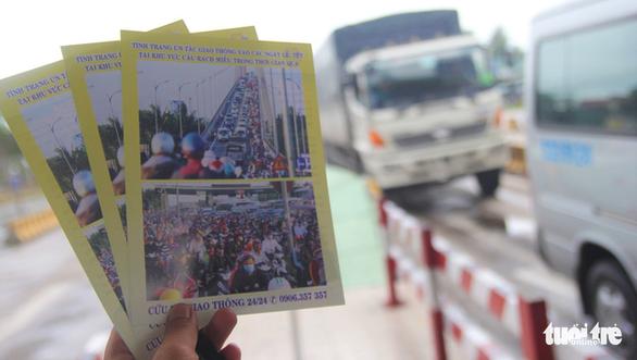 Phát tờ rơi cảnh báo kẹt xe tại cầu Rạch Miễu dịp lễ 2-9 - Ảnh 1.