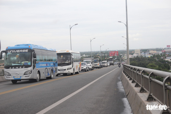 Phát tờ rơi cảnh báo kẹt xe tại cầu Rạch Miễu dịp lễ 2-9 - Ảnh 3.