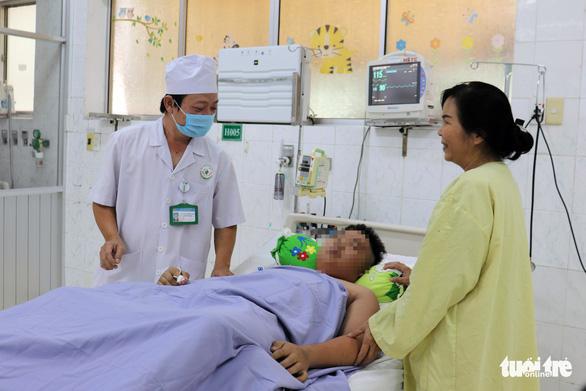 Cứu sống bé trai bị sốc sốt xuất huyết cực nặng - Ảnh 1.