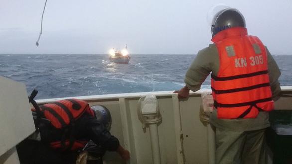 Hai tàu cá Quảng Bình được hải quân đưa vào bờ an toàn - Ảnh 3.