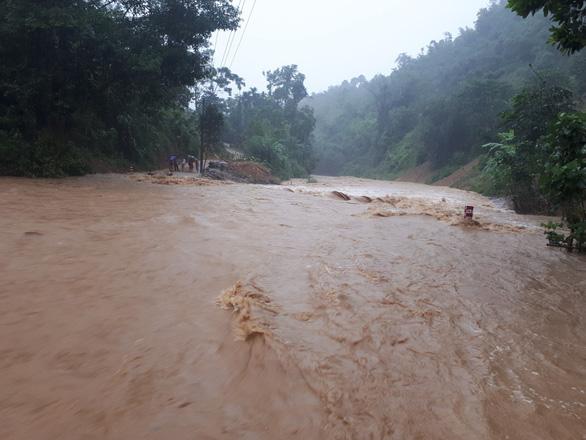 Vùng cao Thanh Hóa mưa to, nước dâng cao chia cắt nhiều xã - Ảnh 2.