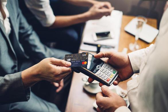Ngân hàng Việt đang giành lại vị thế trên thị trường thẻ - Ảnh 4.